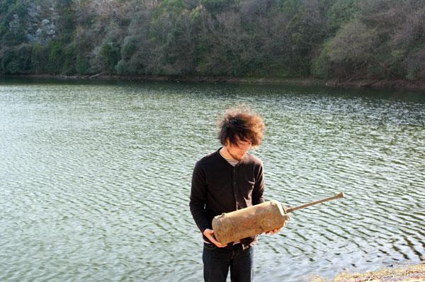永井真介、春の池で農薬散布器を拾う